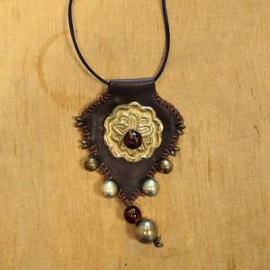 Pendentif cuir et perles